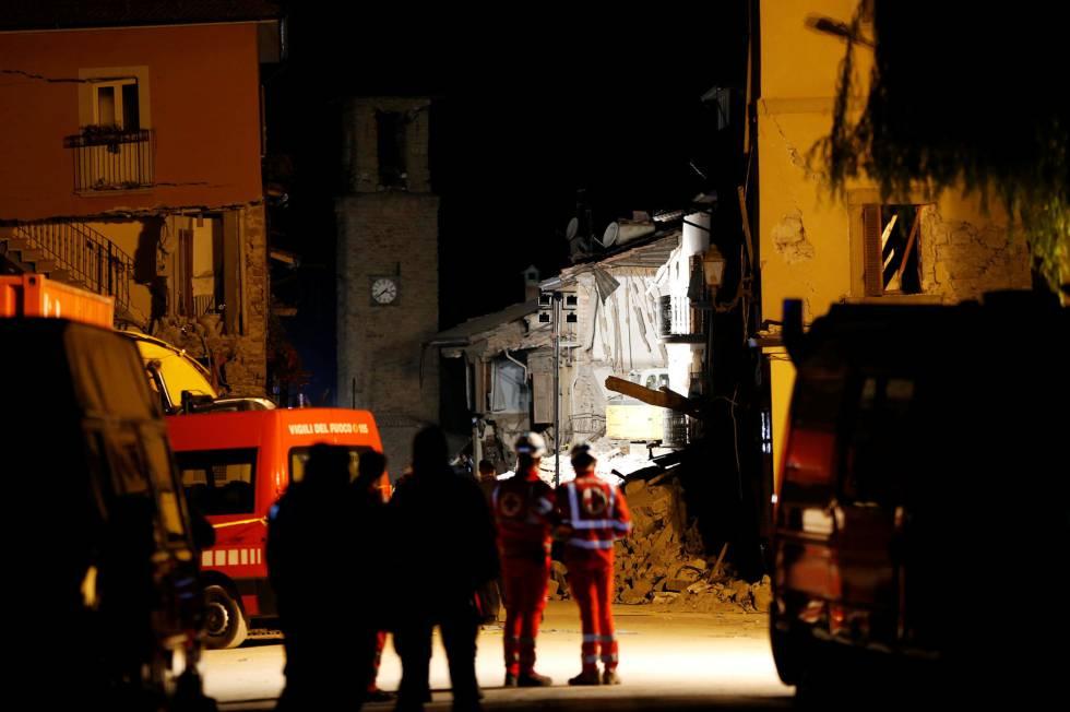 Los equipos de rescate trabajan en una casa derruida durante la noche de este jueves.