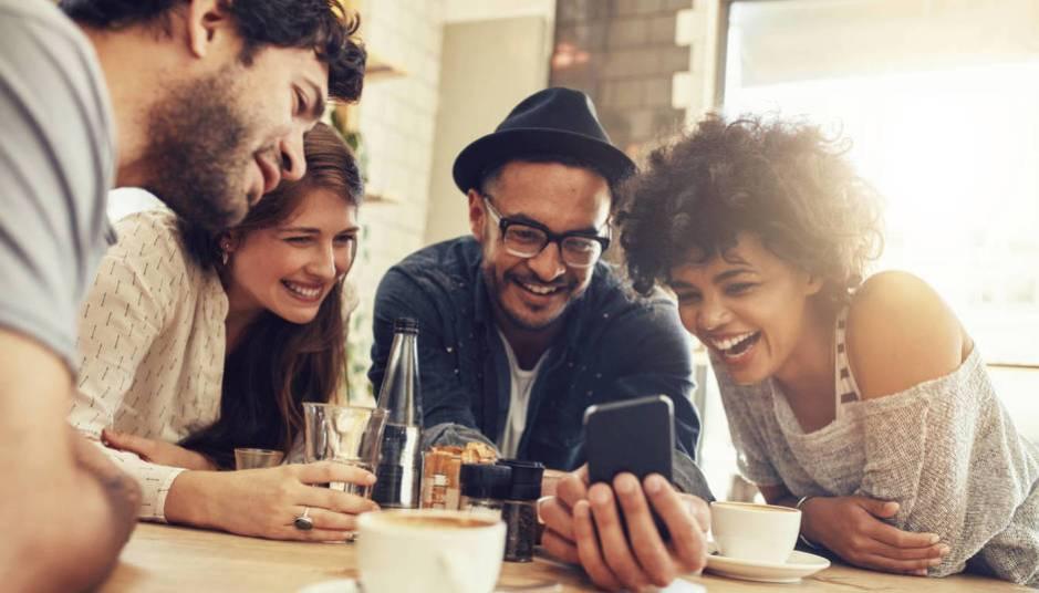 Preferimos disfrutar con amigos que coger la fregona. (iStock)