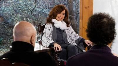 La ex presidenta en El Calafate, con medios extranjeros.
