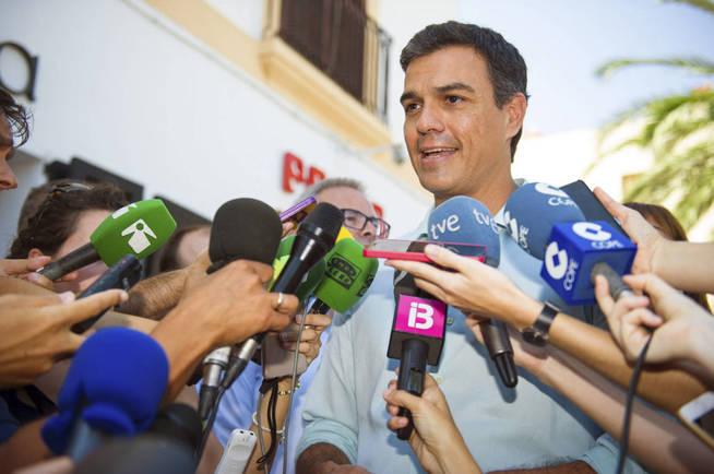El secretario general del PSOE, Pedro Sánchez, atiende a los periodistas en Ibiza. (EFE)