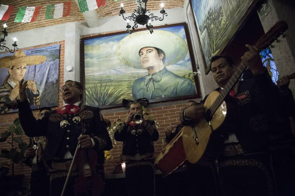 Homenaje a Juan Gabriel, en la cantina Tenampa