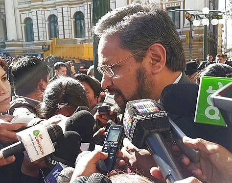 El viceminstro de Coordinación con los Movimientos Sociales, Alfredo Rada, en contacto con los medios.