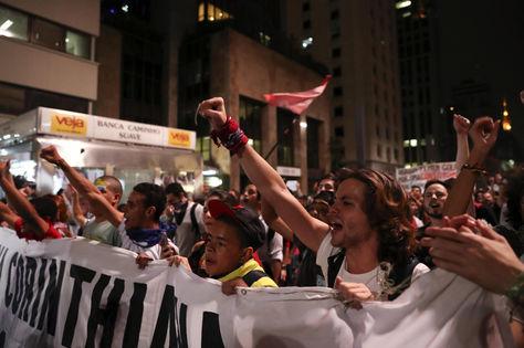 Simpatizantes de la presidenta suspendida de Brasil, Dilma Rousseff, hacen vigilia a horas del posible veredicto. Foto: EFE
