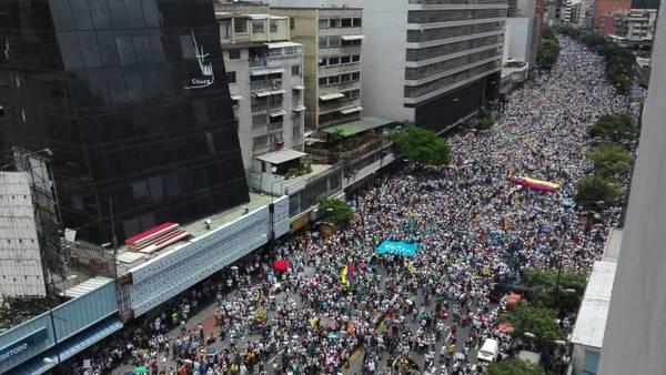 La avenida principal de Caracas, repleta de manifestantes que reclaman un cambio en Venezuela. (AFP)