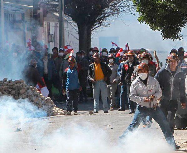 """EL GOBIERNO PROHIBIÓ DOS VECES USO DE DINAMITA EN MARCHAS DE PROTESTA Y PERMITIÓ SU EMPLEO UNA VEZ. EL LIDER DE LA COB, GUIDO MITMA, CALIFICÓ COMO """"UN ARMA DE LUCHA DE LOS TRABAJADORES PARA HACER RESPETAR LA DEMOCRACIA""""."""