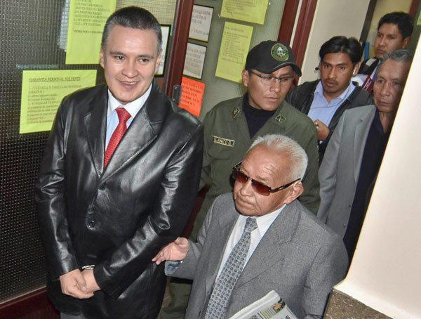 El abogado Eduardo León es llevado por custodios policiales a audiencia.
