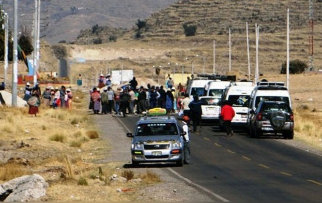Bloquean en Perú una carretera que conecta con Bolivia