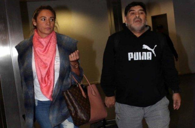 despachados. Maradona junto a su pareja
