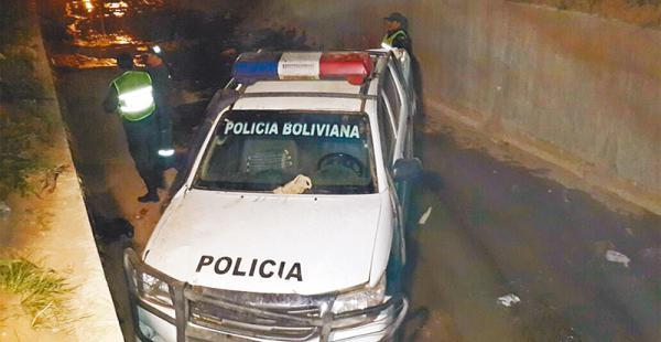 Esta es la camioneta patrullera que fue encunetada por su conductor, un policía que estaba ebrio