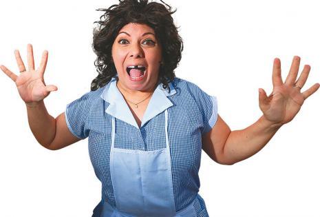Dicharachera Estefani Brillit es una trabajadora del hogar irreverente que mantiene la picardía y la lengua camba