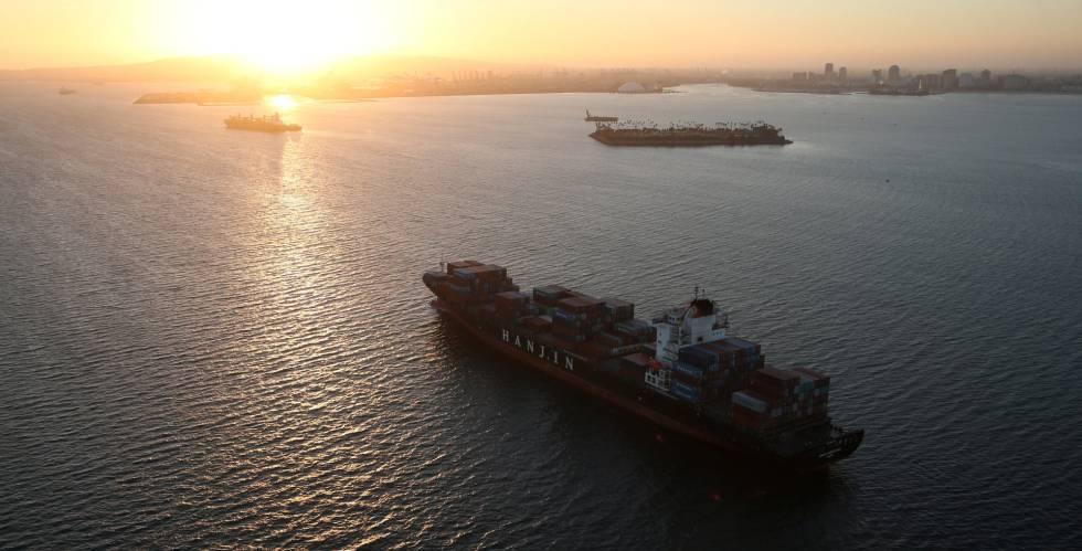 Un barco de Hanjin varado cerca de un puerto en California.
