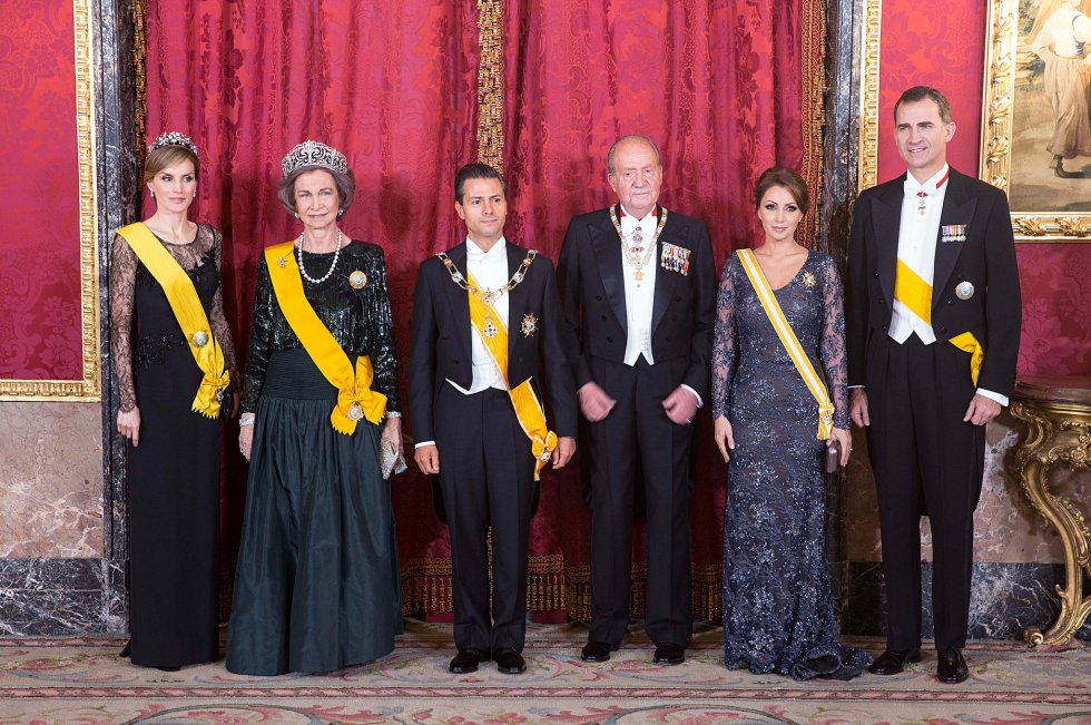 Angélica Rivera reutilizará este 15 de septiembre un vestido del diseñador Benito Santos, según la agencia Notimex. La actriz usó el diseño azul marino de encaje y pedrería en junio de 2014 durante una cena de Estado en el Palacio Real de España.