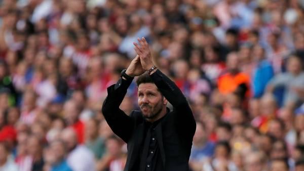 Simeone recibe el afecto de los hinchas del Atlético de Madrid en la goleada sobre Sporting de Gijón. (Reuter)