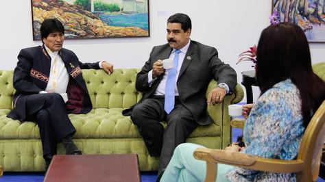 Morales en una reunión con su homólogo venezolano, Nicolás Maduro, durante la cumbre en Isla de Margarita