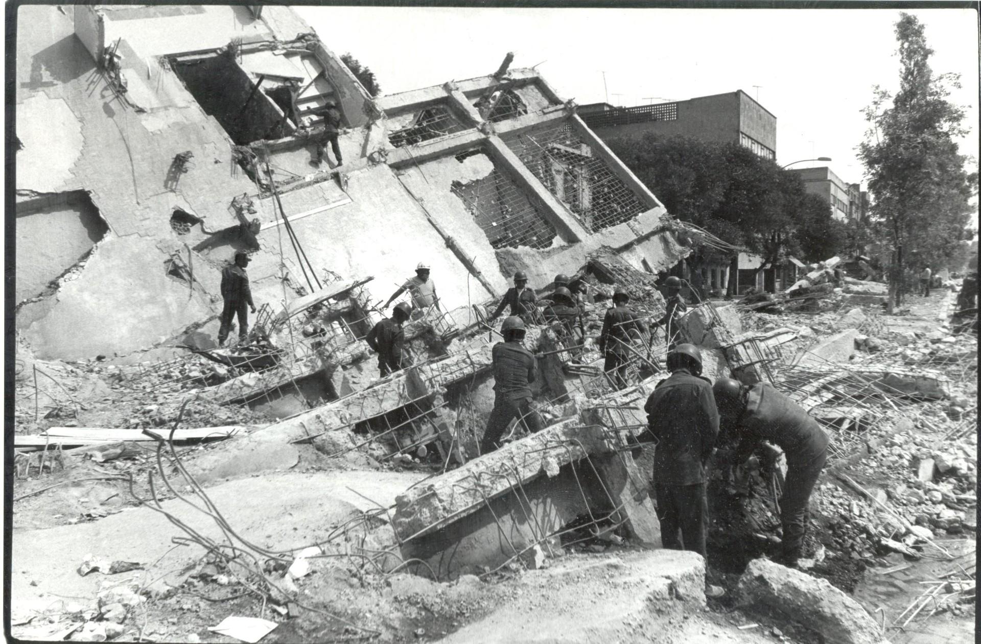 Labores de rescate después del sismo de 1985