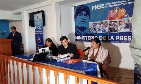 El ministro de la Presidencia, Juan Ramón Quintana, entrega equipamiento a Casa de Huéspedes de la Federación Nacional de Ciegos de Bolivia.