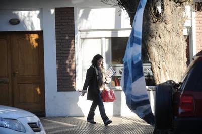 María Rocío García, esposa de Máximo Kirchner, saliendo de la inmobiliaria familiar. Foto Emmanuel Fernández.