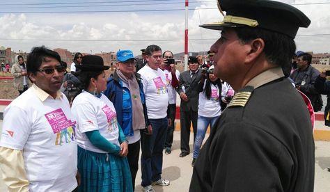La ministra de Justicia, Virginia Velasco, junto a autoridades del Perú en la región fronteriza de Desaguadero. Foto: Ministerio de Justicia