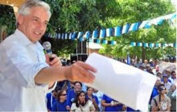 """Vicepresidente dice que gasta """"de su bolsillo"""" para regalar libros a las promociones"""