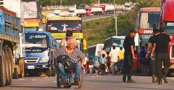 Cientos de vehículos están parados desde ayer por el bloqueo en Guarayos