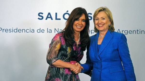 Cristina Fernández de Kirchner y Hillary Clinton en 2010 durante un encuentro en Casa Rosada. (AFP)