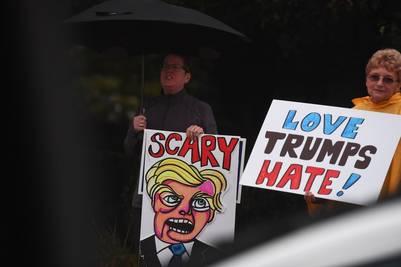 Protestas contra Donald Trumpl en su acto en Novi, Michigan  / AFP PHOTO / Jewel SAMAD
