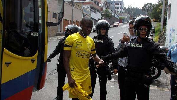 Enner Valencia, llegando al entrenamiento del equipo ecuatoriano en Quito. (EFE)