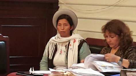 La exministra Julia Ramos (izq)
