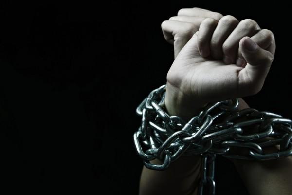 Resultado de imagen para manos cadenas