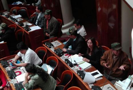 Algunos legisladores de la oposición apostaron por parte de la vestimenta militar como forma de protesta.
