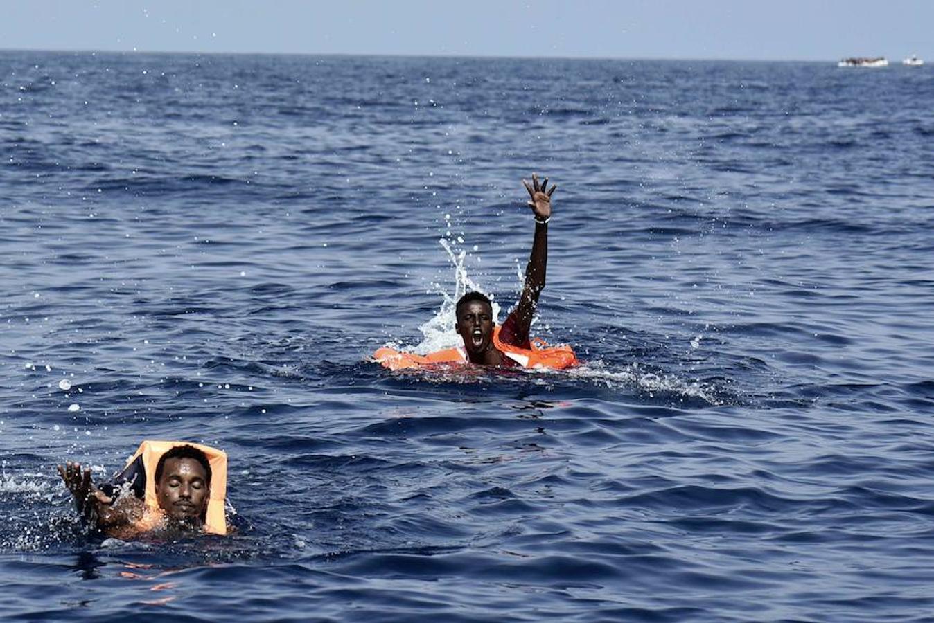 Los dos extranjeros de la imagen fueron rescatados del agua por la ONG Proactiva Open Arms