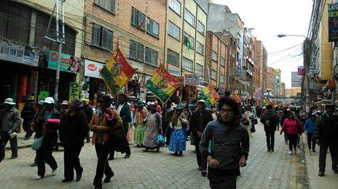 Vecinos del Distrito 8 de El Alto marchan por las calles de la Ceja.