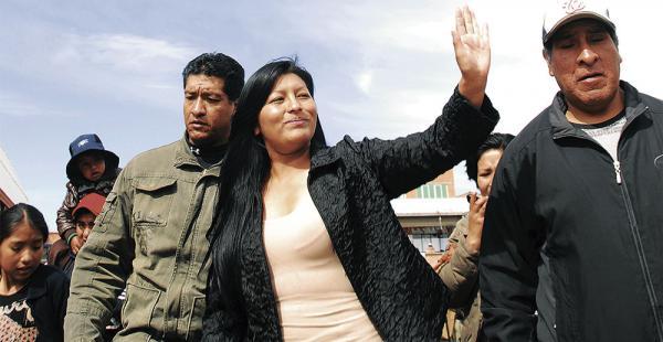 La alcaldesa de     El Alto, Soledad Chapetón, denunció un plan para desestabilizar su gestión