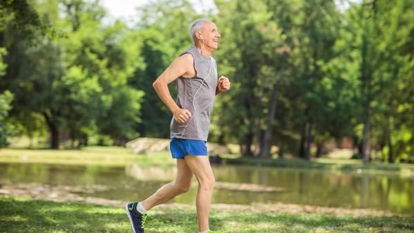 Combinar el running con la natación o la bicicleta para compensar el impacto en las articulaciones.