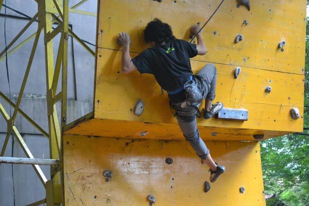 Fun climbing diselenggarakan UKM Carefa Fakultas Hukum Unhas sebagai rangkaian Miladnya yang ke-19 tahun. Acara ini diikuti sejumlah mahasiswa, Jumat (23/5). (fok)