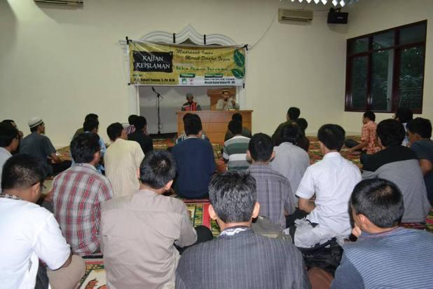 Suasana kajian keislaman di Masjid Baitul Hakiem Fakultas Hukum Unhas,Kamis (03/07).