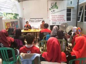 Suasana diskusi pengurus LP2KI FH-UH dengan Walhi Sulsel di sekretariat Walhi Sabtu (5/11). (Dia)