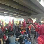 Aksi buruh di Makassar yang memperingati Hari Buruh Internasional dengan melakukan aksi di Fly Over Makassar, Senin (1/5). Rst