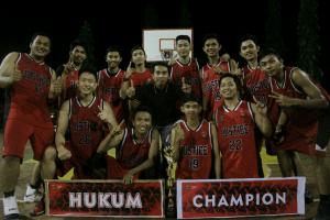 Tim basket putra FH-UH saat foto bersama setelah berhasilmeraih juara I kompetisi Red Campus VIII di Lapangan Basket PKM Unhas, Sabtu (6/5).