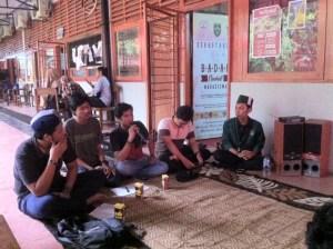 Lema FH-UH diskusikan mengenai kesadaran kritis mahasiswa bertempat di pelataran sekretariat BEM FH-UH, Senin (6/11). Mef