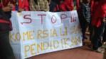 Suasana aksi tuntutan mahasiswa Unhas terhadap Jokowi, Rabu (15/2).
