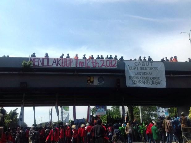 Mahasiswa Makassar mengadakan aksi di Jl. Urip Sumoharjo (Fly Over) pukul 13.47 WITA, Rabu (2/5). Iwn