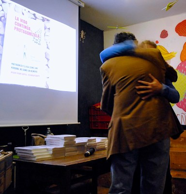 Abrazo con el presentador de mi libro