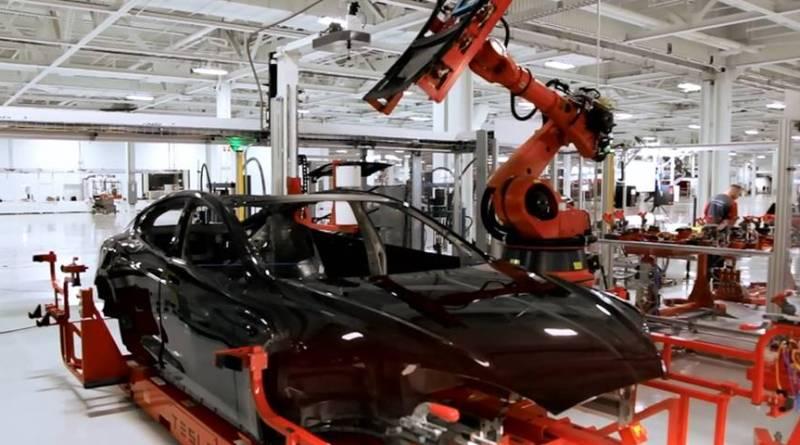 Tesla despedirá al 9% de su plantilla para lograr la rentabilidad deseada por los inversores. Tesla necesita ingenieros de automoción experimentados. Tesla assembly line