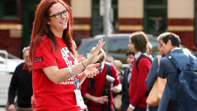 A Red Cross collector in Flinders St. Picture: Mark Stewart. Fonte: http://www.heraldsun.com.au/news/victoria/companies-offer-backpackers-free-return-flights-to-become-street-charity-collectors-in-australia/news-story/a00e4c6b16c4c69b38fce4815e24ab60
