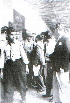 Don Otilio Ulate Blanco al salir del aula de la Escuela Mauro Fernández, donde depositó su voto en las elecciones de 1948. Detrás de El están Carlos Luis Arce Soto, y Sáenz Iglesias.