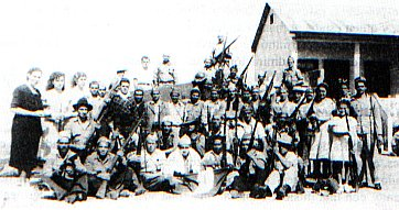 Miembros del Ejército de Liberación Nacional a su ingreso al Cuartel Bellavista en la madrugada del 27 de abril de 1948