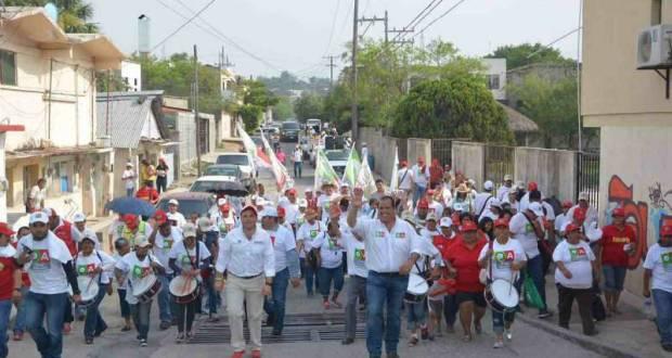 Oscar Almaraz sigue sus caminatas casa por casa en las diferentes colonias y comunidades rurales.