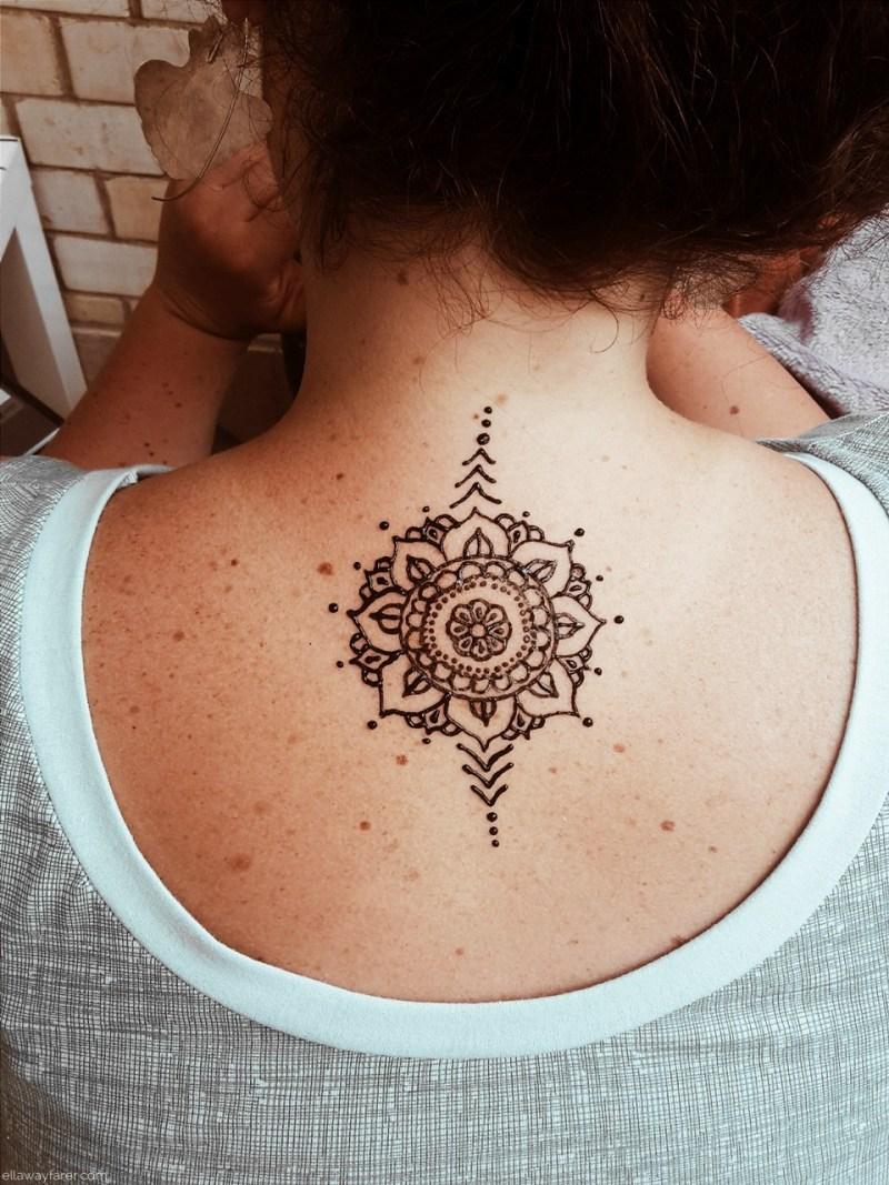 Mandala Henna Tattoo auf dem Rücken | ellawayfarer.com