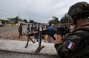Un soldado francés vigila un puesto de control en Bangui, República Centroafricana.